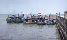 Prachuapkhirikhan,泰国- 2016年6月07日-放置在一个本机端口的未认出的渔船换许多鱼 免版税库存照片