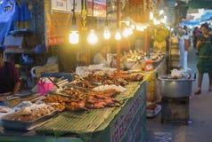 Prachuapkhirikhan, Thailand - 27. Juli 2016: traditioneller Lebensmittelladen an gehender Straße des thailändischen Marktes lizenzfreies stockfoto