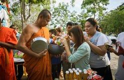 Prachuapkhirikhan, Thailand - 16. November 2015: Die nicht identifizierten Leute des buddhistischen Angebots Nahrungsmittel zu de stockfotografie