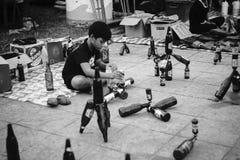 Prachuapkhirikhan Thailand - Oktober 14, 2016: Oidentifierade barn utför samling flaskan på den thai traditionella marknaden fotografering för bildbyråer