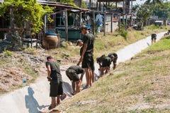 PRACHUP KHIRI KHAN, TAILANDIA - 12 DE FEBRERO: El empuje del soldado puede Imágenes de archivo libres de regalías