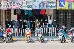 PRACHUP KHIRI KHAN, THAILAND - FEBRUARI 12: Man shoppar på Februar Arkivbilder