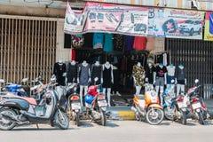 PRACHUP KHIRI KHAN, THAILAND - FEBRUARI 12: Man shoppar på Februar Fotografering för Bildbyråer