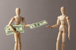 Pracodawc zagadnień gotówkowa pensja Biznesmen dzielić zyski lub łapówkę Mężczyzna trzyma udział pieniądze w gotówce i daje jeden obraz stock