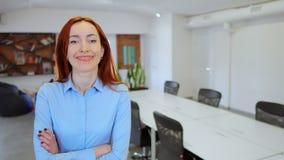 Pracodawca pozuje przy workspace zdjęcie wideo