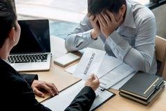 Pracodawca szef wysyła remuneracja list biznesmen odprawiać kontrakt i rezygnuje od pracy pojęcia po to, aby, odmienianie fotografia royalty free