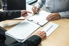 Pracodawca szef wysyła remuneracja list biznesmen odprawiać i podpisuje po to, aby kontrakt, odmienianie i rezygnować od, obrazy royalty free
