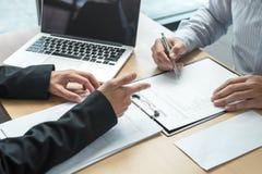 Pracodawca szef wysyła remuneracja list biznesmen odprawiać i podpisuje po to, aby kontrakt, odmienianie i rezygnować od, obraz stock