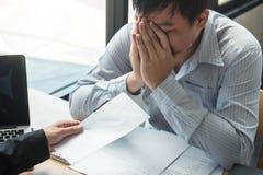 Pracodawca szef wysyła remuneracja list biznesmen odprawiać kontrakt i rezygnuje od pracy pojęcia po to, aby, odmienianie zdjęcie stock