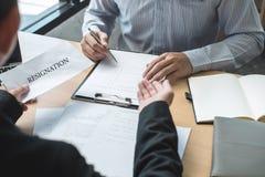 Pracodawca szef wysyła remuneracja list biznesmen odprawiać kontrakt i rezygnuje od pracy pojęcia po to, aby, odmienianie zdjęcia royalty free