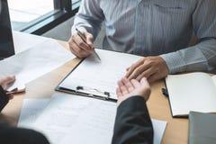 Pracodawca szef wysyła remuneracja list biznesmen odprawiać kontrakt i rezygnuje od pracy pojęcia po to, aby, odmienianie zdjęcie royalty free