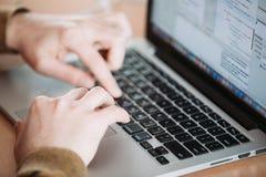 Pracować na laptopie obraz stock