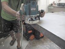 Pracować młynu countertop akrylowego kamień Mleć akrylowego kamień Ręczna meblarska produkcja Fotografia Royalty Free