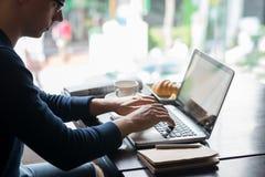 Pracować na laptopie zdjęcie stock