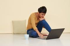Pracować na laptopie obraz royalty free