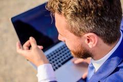 Pracować na nowej poczta dla blogu Biznesmena surfingu odpowiedzi lub interneta emaile podczas gdy siedzi z laptopu tylni widokie zdjęcia royalty free
