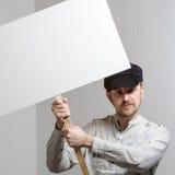 Pracować w nakrętki mienia sztandarze nad jego głową Obrazy Royalty Free