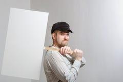 Pracować w nakrętki mienia sztandarze nad jego głową Zdjęcia Stock