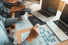 Pracować w ranku z biznesmenami zamacza kawę która pracuje z deweloper oprogramowania analiza wpólnie kod zdjęcia royalty free