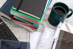 Pracować z filiżanką kawy Fotografia Stock
