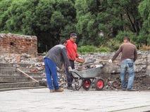 Pracować z furami Ludzie pracują na budowie Męska próba ruszać się furę, pracować plenerowy Rosja Gatchina Lato 2017 Fotografia Stock