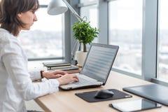 Pracować z laptop kobietą pisze blogu kobieta wręcza klawiaturę Obrazy Royalty Free