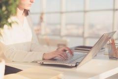 Pracować z laptop kobietą pisze blogu kobieta wręcza klawiaturę Zdjęcia Royalty Free