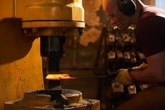 Pracować z metalurgiczną prasową maszyną obrazy stock