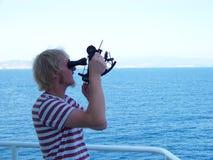 Pracować z sextant na pokładzie handlowego naczynia dla nawigaci obraz stock