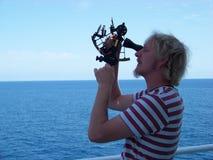 Pracować z sextant na pokładzie handlowego statku przy południe czasem zdjęcia royalty free