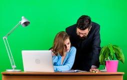 Pracowa? jako jeden dru?yna sekretarka z szefem przy miejsce pracy biznesowa para przy komputerem biznesmen i asystent zdjęcia royalty free