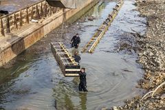 Pracować na betonowych podstawach w wodzie Fotografia Royalty Free