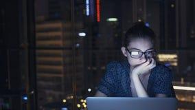 Pracowa? na komputerze przy noc? zdjęcie royalty free