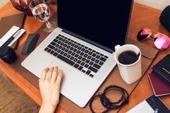Pracować na laptopie Zdjęcia Stock