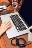 Pracować na laptopie Fotografia Royalty Free