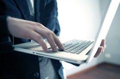 Pracować na laptopie Fotografia Stock