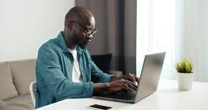 Pracowa? na laptopie zdjęcie wideo
