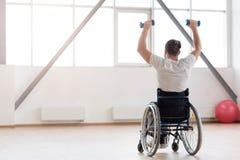 Pracowity nieważny ćwiczyć z ciężarami w gym zdjęcie royalty free