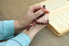 Pracowniana fotografia żeńska modlitwa trzyma różana zdjęcia royalty free