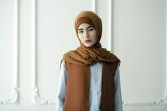 Pracowniana fotografia piękna młoda kobieta ubierał orientalnego pisać na maszynie wewnątrz Muzułmańskiego styl zdjęcia stock