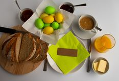 Pracowniana fotografia Wielkanocny śniadanie lub śniadanio-lunch w kolorach zieleni i koloru żółtego zdjęcia stock