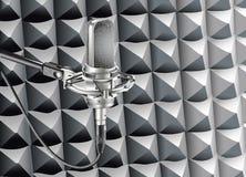 Pracowniany mikrofon dla nagrywać w radiowym studiu Obraz Stock