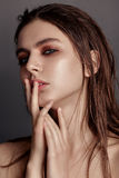 Pracowniany moda portret Yong ładna kobieta fotografia skład o Fotografia Royalty Free