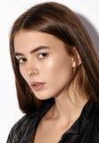 Pracowniany moda portret Yong ładna kobieta w czarnej kurtce Zdjęcia Royalty Free
