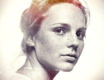 Pracowniany piękno Portret uśmiechnięci potomstwa i szczęśliwa kobieta z piegami czarny white zdjęcie stock