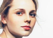 Pracowniany piękno Portret uśmiechnięci potomstwa i szczęśliwa kobieta z piegami Odizolowywający na bielu Obraz Stock