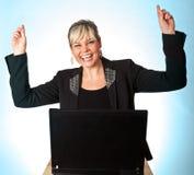 Pracowniany portret śliczna blond dziewczyna z komputerem wręcza up obraz stock