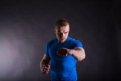 Pracowniany portret agresywny mężczyzna w sporta stroju uderzać pięścią Widok z kopii przestrzenią Zdjęcia Stock