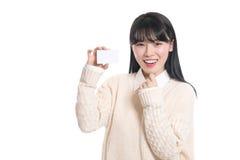 Pracowniany portret lata dwudzieste Azjatycka kobieta szczęśliwie ma kartę Fotografia Royalty Free