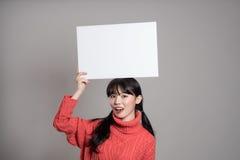 Pracowniany portret lata dwudzieste Azjatycka kobieta trzyma billboard z szczęśliwym uśmiechem Obrazy Stock